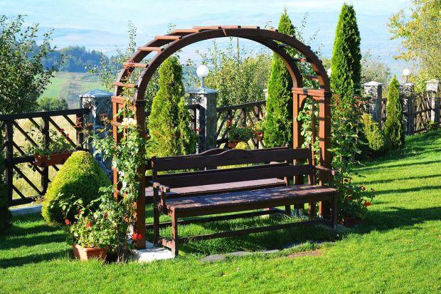 Jednym z jej ważnych elementów w ogrodzie są drewniane meble, a także takie konstrukcje jak np. taras czy pergole. Jak o nie zadbać i sprawić, by znów zyskały pierwotny blask? Wybrać olej, lakierobejcę czy impregnat?