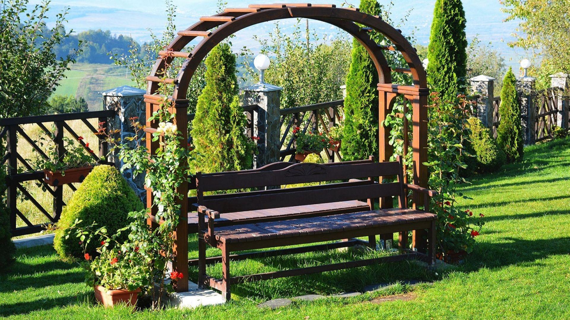 Drewniane meble ogrodowe: pergola i ławka. Fot. Vidaron