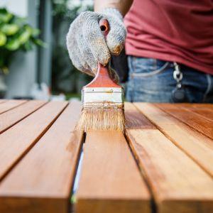 Meble ogrodowe: renowacja impregnatem do drewna. Fot. Vidaron