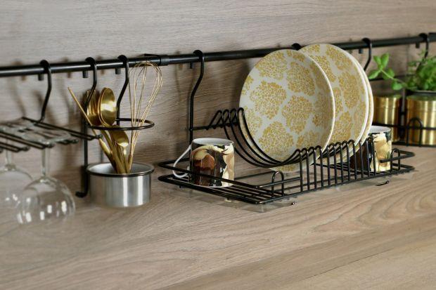 Bywają dodatkową półką a nawet alternatywą górnej zabudowy. Można na nich powiesić kuchenne naczynia i akcesoria, papierowy ręcznik lub książkę kucharską. Są poręczne i łatwe w montażu. Mowa oczywiście o systemach relingowych, które te