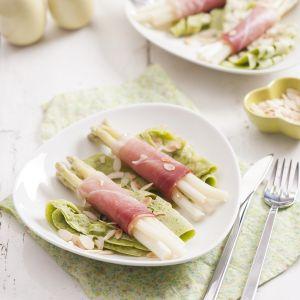 Azurowe nalesniki ziolowe ze szparagami i szynka
