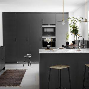 Czarne fronty w kuchni - to jest hit! Fot. Ballingslov