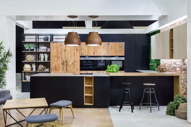 Fronty w czarnym, matowym wybarwieniu prezentują się pięknie na powierzchni mebli kuchennych. Zanim jednak zdecydujemy się na to modne rozwiązanie aranżacyjne, musimy zadbać o praktyczną stronę, aby utrzymanie ich w czystości i zapewnienie perfe