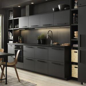 Czarne fronty w kuchni - to jest hit! Fot. IKEA
