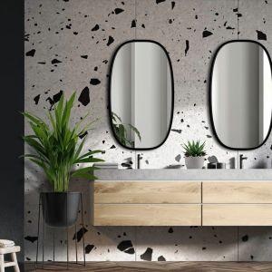 Wzór lastryko w towarzystwie nowoczesnych luster w łazience. Fot. GieraDesign