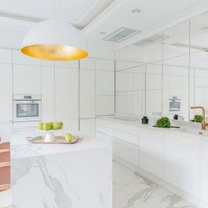 Pomysł na urządzenie białej kuchni. Projekt: Piotr Płużek, Piotr Płużek Studio. Fot. Marta Behling/Pion Poziom