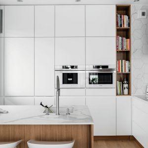 Pomysł na urządzenie białej kuchni. Projekt: Aleksandra Kurc, Wiktor Kurc, MAKA Studio. Fot. Fotomohito