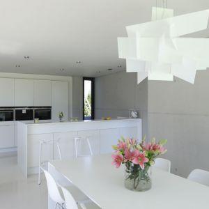 Pomysł na urządzenie białej kuchni. Projekt: Hanna i Seweryn Nogalscy, Beton House Architekci. Fot. Bartosz Jarosz