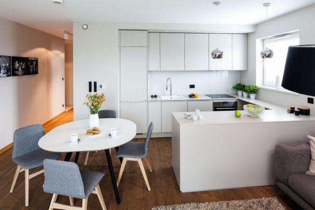 Jak urządzić białą kuchnię? Zobaczcie! Przygotowaliśmy dla Was świetne projekty białych kuchni z polskich domów i mieszkań. Te białe kuchnie są super!