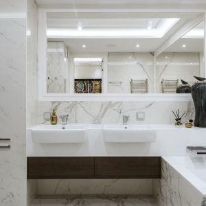 Dobre pomysły na wykończenie ścian w łazience. Projekt: Monika i Adam Bronikowscy, HOLA Design. Fot. Yassen Hristov