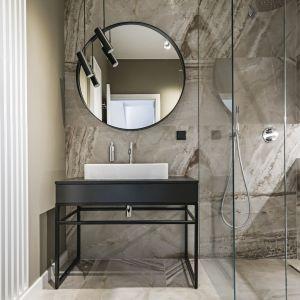Dobre pomysły na wykończenie ścian w łazience. Projekt: Paweł Kranz, Michał Litwin. Fot. Rafał Chojnacki