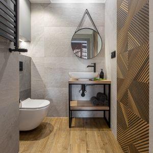 Dobre pomysły na wykończenie ścian w łazience. Projekt: Anna Kamińska, Fuxja Studio Projektowe. Fot. Alla Boroń