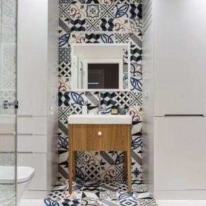 Dobre pomysły na wykończenie ścian w łazience. Projekt: Magdalena Bielicka, Maria Zrzelska-Pawlak, Pracownia Magma. Fot. Fotomohito