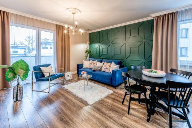 Nowoczesne i piękne wnętrze, które wyłamuje się z biało-szarego trendu zaprojektowała architekt Marta Piórkowska-Paluch. Toruńskie mieszkanie nawiązuje do stylu nowojorskiego glamour – jest eleganckie i zarazem przytulne. Kwiatowe motywy tylko