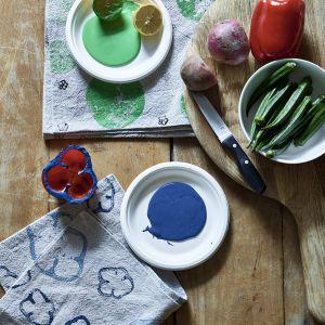 Annie Sloan: nadruki na tkaninach z Chalk Paint w kolorach Antibes Green, Napoleonic Blue.