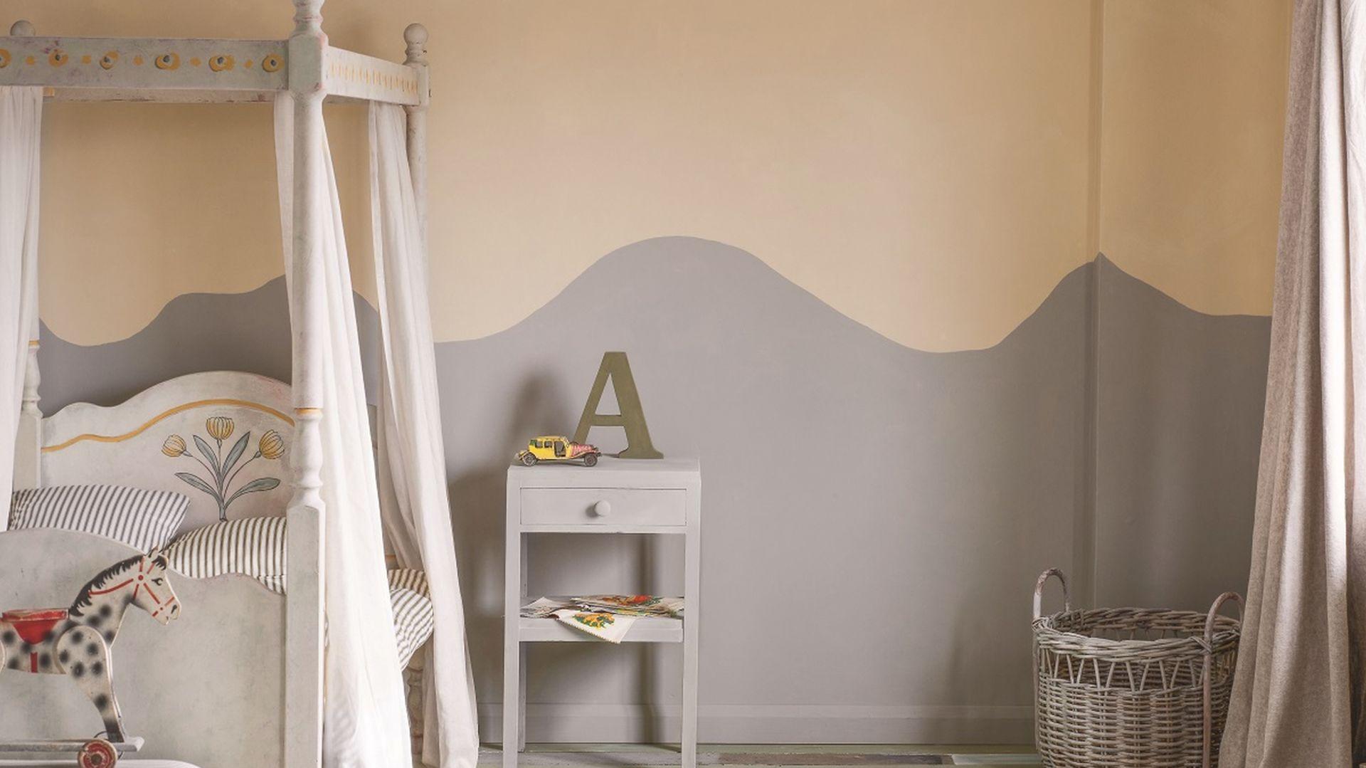 Annie Sloan_ściana, pomalowana Wall Paint w kolorze Paris Grey i Old Ochre, tworzy tło dla tradycyjnego łóżka z baldachimem-rama łóżka została pomalowana farbami Chalk Paint, wzory pędzlami do detali.