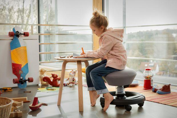 Lekarze ortopedzi i fizjoterapeuci biją na alarm - wady postawy i bóle pleców u dzieci nasilają się w galopującym tempie. Ma to związek z wielogodzinnym przesiadywaniem najmłodszych przed komputerem, którzy na ogół spędzają przed monitorem wi
