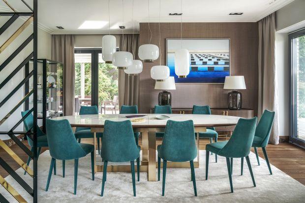 Jadalnia pełni ważną rolę w mieszkaniu. W końcu to tu skupia się życie rodzinne. Warto poświęcić nieco więcej czasu na wybór stołu, krzeseł, a przede wszystkim stylowych dodatków, które podkreślą naszą osobowość.