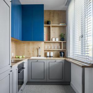 Szara kuchnia w klasycznej odsłonie. Te aranżacje Cię zachwycą! Projekt 3XEL Architekci. Fot. Dariusz Jarząbek