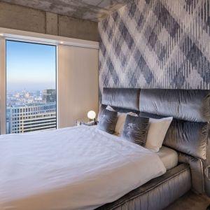 Pomysł na urządzenie jasnej sypialni. Złota 44, apartament Oxygen. Projekt: Małgorzata Muc i Joanna Scott, Muc & Scott Interiors. Fot. materiały prasowe Złota 44