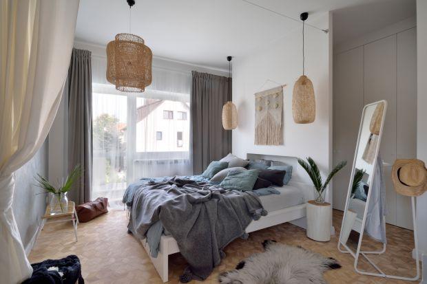 Sypialnia w jasnych kolorach prezentuje się pięknie. Jak ją urządzić? Zobaczciepomysły polskich architektów i projektantów wnętrz.