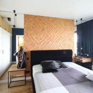 Pomysł na urządzenie jasnej sypialni. Projekt: Maciejka Peszyńska-Drews. Fot. Bartosz Jarosz