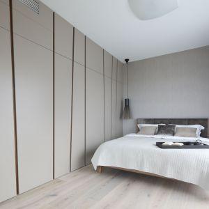 Pomysł na urządzenie jasnej sypialni. Projekt: Magdalena Lehmann. Fot. Bartosz Jarosz