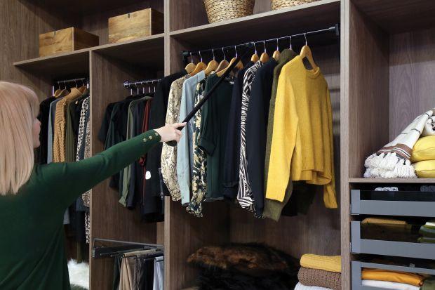 Wyjmowanie ubrań z szafy (i chowanie ich tam) nie zawsze jest komfortowe. Jak często musimy wspinać się na palce lub krzesło, by sięgnąć po ulubioną koszulę czy spodnie? Albo jak wiele razy zdarzyło nam się przypadkowo wyjąć rzeczy, których