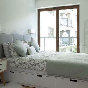 Pomysł na urządzenie jasnej sypialni. Projekt: Anna Nowak-Paziewska, MAFgroup. Fot. Emi Karopowicz