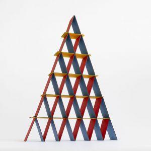Incredible House od Cards – kolejny jedyny w swoim rodzaju koncept Bertjana Pota. Domek z kart został po raz pierwszy wyprodukowany w limitowanej edycji po sto sztuk, wszystkie z własną unikalną kombinacją kolorystyczną i wprowadzony na rynek podczas festiwalu London Design 2019. Zdjęcia: archiwum Bertjan Pot Studio