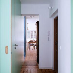 Mieszkanie o powierzchni 55 metrów kwadratowych z lat pięćdziesiątych w niskiej zabudowie. Projekt: Atelier Starzak Strebicki. Fot. Danil Daneliuk