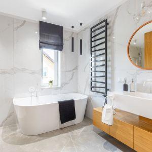 W przestronnym salonie kąpielowym poza wanną znajduje się również prysznic schowany za rogiem. Projekt: Weronika Budzichowska, To Be Design. Fot. Marta Behlig / Pion Poziom Fotografia Wnętrz