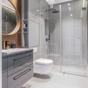 Podczas wyboru brodzika do swojej łazienki warto  skupić się na takich jego właściwościach, które ułatwiają czyszczenie i zapobiegają rozwojowi bakterii, grzybów i pleśni. Projekt łazienki: Dominika Wojciechowska. Fot. Pion Poziom