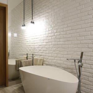 Stylowa, wolnostojąca wanna stanowi biżuteryjne wykończenie łazienki.