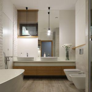 Łazienka ma pełnić funkcję miejsca do relaksu. Tak jak większość domu, jest jasna i przestronna, a dzięki temu łatwo tu też utrzymać czystość.