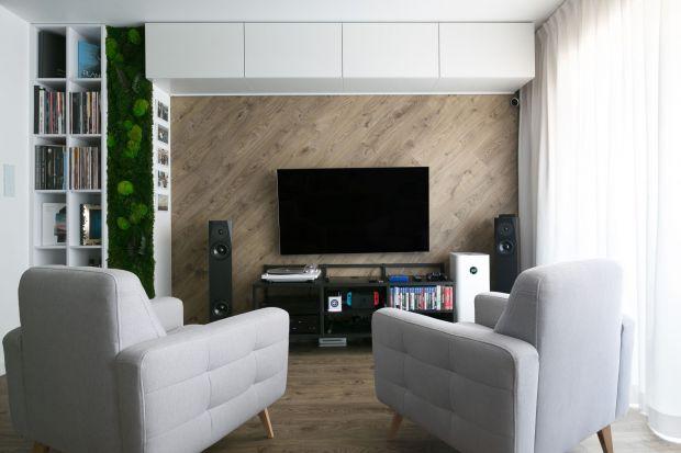 W tym wnętrzu nie brakuje innowacyjnych rozwiązań, szerokiej gamy kontrastów oraz eleganckiej czerni i bieli. Projekt mieszkania wykonała krakowska pracownia projektowa Projektyw, a całość aranżacji została dopełniona minimalistycznym oświetle