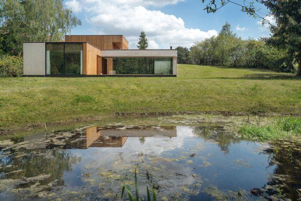 Podstawowym założeniem tego projektu byłoukrycie domu od strony ulicy i maksymalne otwarcie go na pobliski rezerwat przyrody. Główny architekt studia de.materia, Adam Wysocki zaprojektował dom na skarpie, wcinający się w naturalną górkę. Zoba