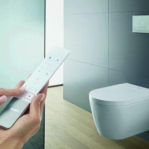 Toaletą myjącą Sensowash Starck F z funkcjami mycia i suszenia, a także usuwania kamienia i zapachów można sterować zdalnie. Miska w.c. z technologią Rimless, szkliwo HygieneGlaze 2.0 o właściwościach antybakteryjnych. Duravit