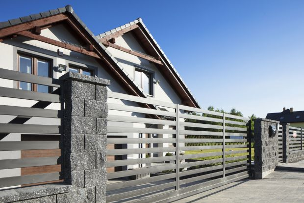 Wysokie, niskie, ażurowe lub całkowicie zabudowane, z drewna, metalu, kamieni czy betonu? Jakie ogrodzenie posesji będzie najlepsze? Możliwości jest sporo.