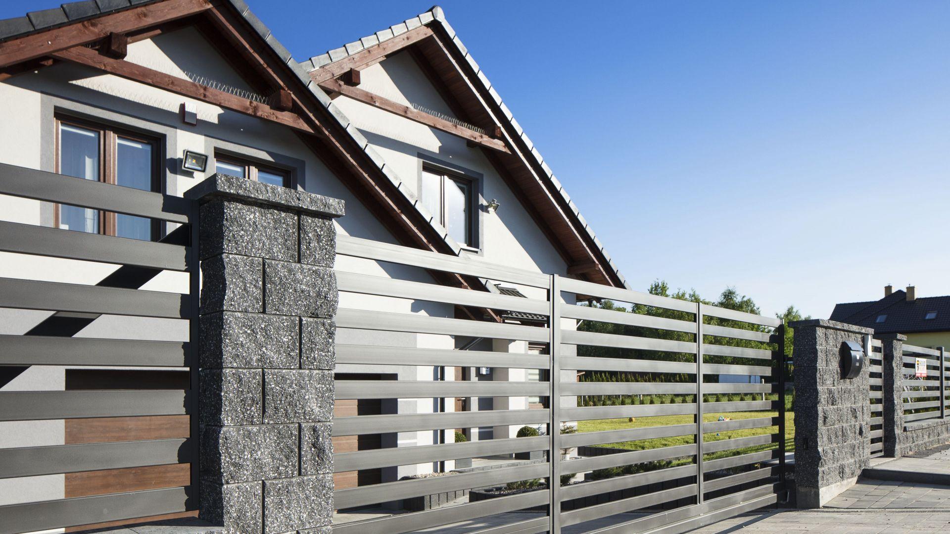 Ogrodzenie posesji z bloczków betonowych. Fot. Polbruk