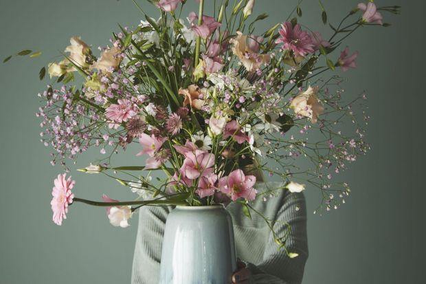 Maj i czerwiec to miesiąc, w którym kwiaty kwitną najładniej. A najlepszym sposobem na ich wyeksponowanie w domu są wazony! Wyszukaliśmy dla was 12 modeli, które skradły nasze serca.