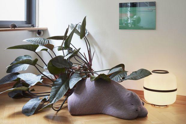 Wielki śpiący miś, który może być podnóżkiem, oparciem albo stołkiem. Jest też zwinięty w kłębek kot i drzemiące na gałęzi ptaszki. Resting Animals to cudowna kolekcja mebli i dodatków szwedzkiej grupy projektowej Front dla marki Vitra. M