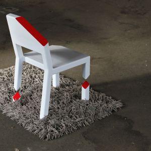 """Cut Chair - """"połamane krzesło"""" to projekt designera Petera Bristola. Wbrew pozorom jest w pełni funkcjonalny. Fot. Peterbristol.net"""