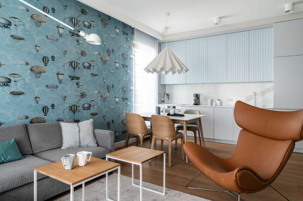 74-metrowe mieszkanie w gdyńskim Orłowie architekt Anna Maria Sokołowska stworzyła jako wakacyjnąenklawę dla rodziny na stałe mieszkającej zagranicą. Nowoczesne i stylowe, cieszy okoprzemyślanymi funkcjami.