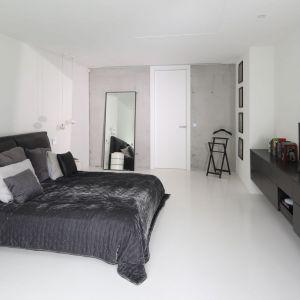 Sypialnia urządzona w nowoczesnym stylu. Projekt: Hanna i Seweryn Nogalscy, Beton House. Fot. Bartosz Jarosz