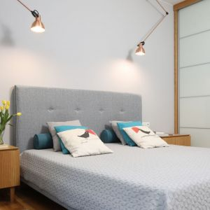 Sypialnia urządzona w nowoczesnym stylu. Projekt: Laura Sulzik. Fot. Bartosz Jarosz