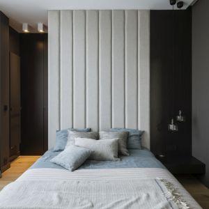 Sypialnia urządzona w nowoczesnym stylu. Projekt: TILLA Architects. Fot. Yassen Hristov