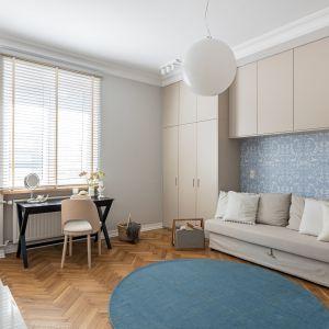 Sypialnia urządzona w nowoczesnym stylu. Projekt i zdjęcia: Finchstudio