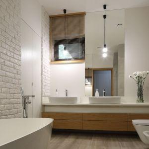 Nowoczesna łazienka. Projekt: Laura Sulzik. Fot. Bartosz Jarosz