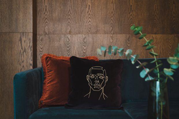 Szkic, obraz, haft i fizyczność to elementy składowe wyjątkowego projektu dekoracyjnej poduszki z haftem. Zobaczcie jak się preznetuje!<br /><br />